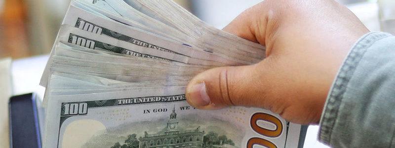Dolar memegang kisaran ketat