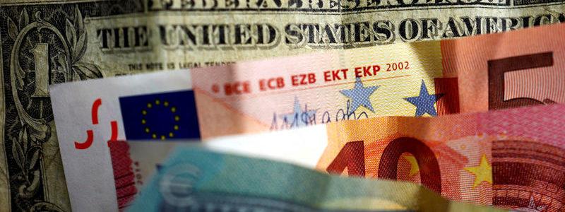 Dolar stabil karena pasar menunggu putusan Fed, pound berjuang