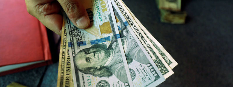 Dolar jatuh karena serangan minyak mengirim investor ke tempat yang aman