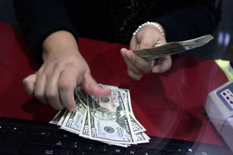 Virus yang menyebar di luar China memicu putaran baru pembelian dolar