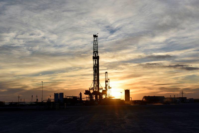 Harga minyak kembali tergelincir karena dunia kehabisan kapasitas penyimpanan di tengah anjloknya permintaan